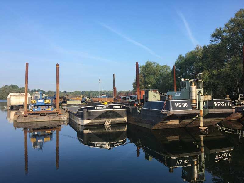 Neben uns im Yachthafen WSV Xanten bei Rees stehen schöne alte Kähne und Arbeitsplattformen
