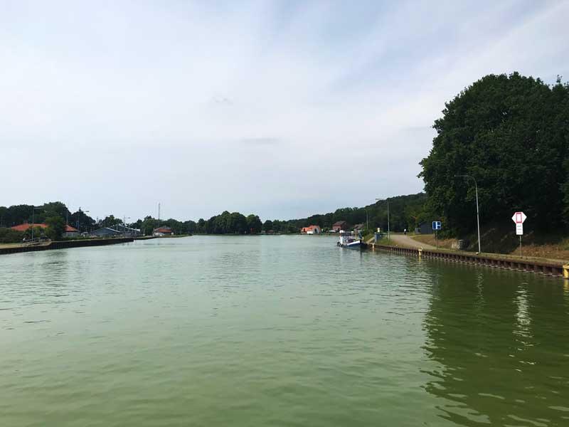 Das nasse Dreieck ist eine T-Kreuzung - geradeaus führt der Dortmund-Ems-Kanal weiter, rechts geht es zum Mittellandkanal ab