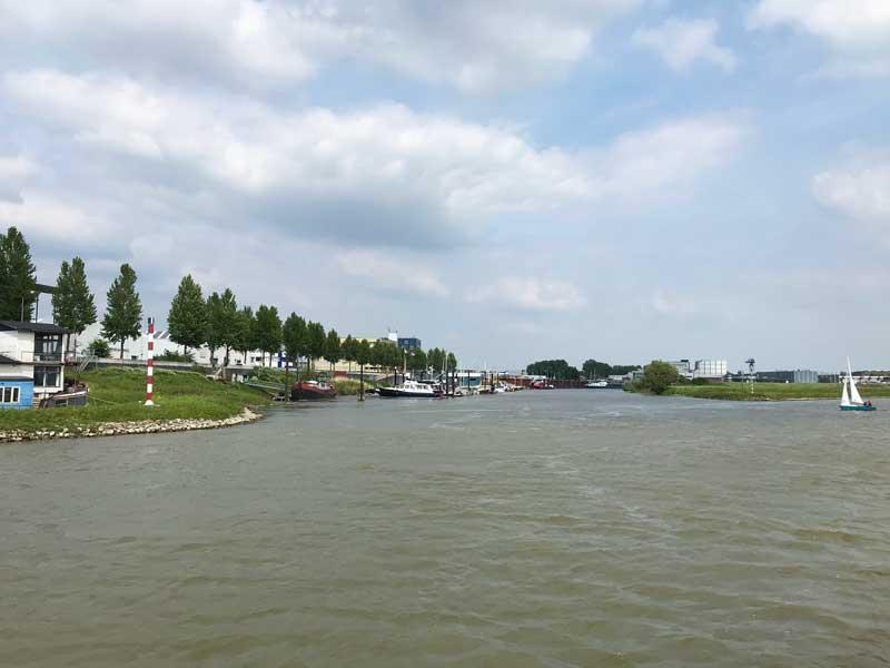 Der Yachthafen von Arnheim liegt ungeschützt in einem hässlichen Gewerbegebiet