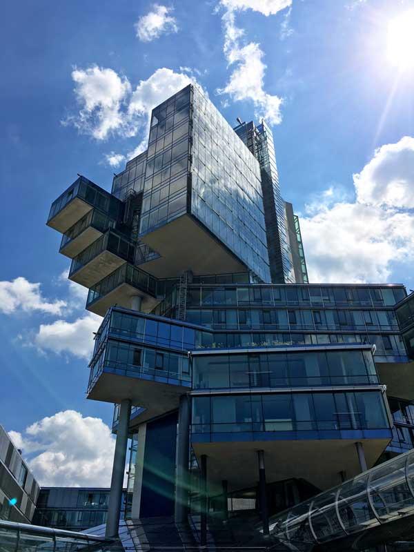 Das Gebäude der NordLB in Hannover besteht aus zahlreichen ineinander verschoben Glasquadern