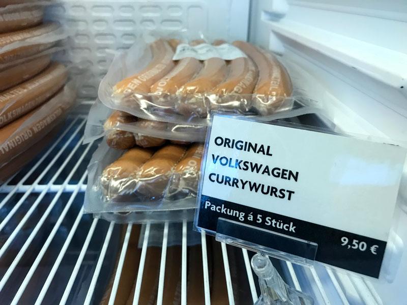 Im Kühlregal in der Autostadt von VW Wolfsburg liegen mehrere Packungen Original Volkswagen Currywurst