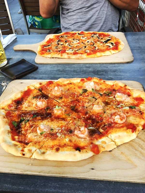 Die Pizza im Schifftaurant am Yachthafen Hannover ist frisch gemacht und schmeckt toll