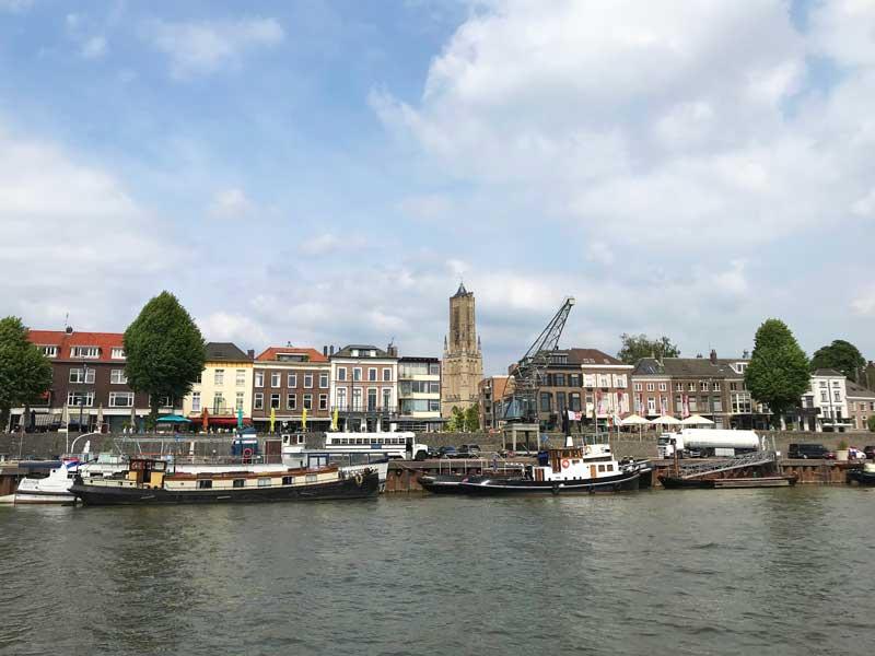 Der städtische Quai von Arnheim mit der Uferpromenade