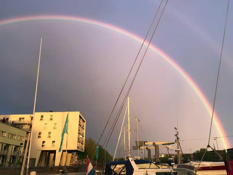 Ein wunderschöner Regenbogen erstreckt sich über die gesamte City Marina Rotterdam