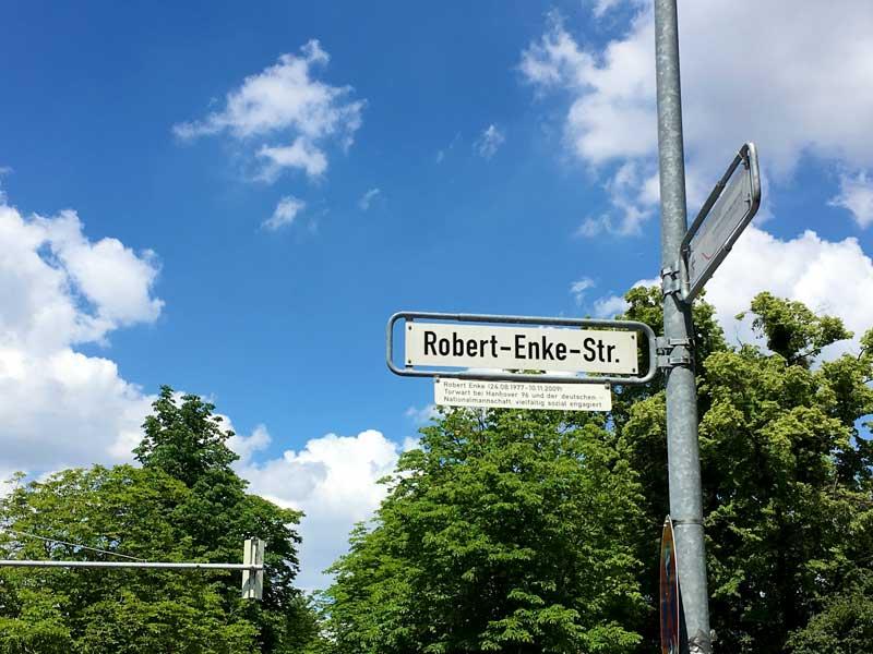 Vor dem Stadion von Hannover 96 ist eine Straße nach Robert Enke benannt