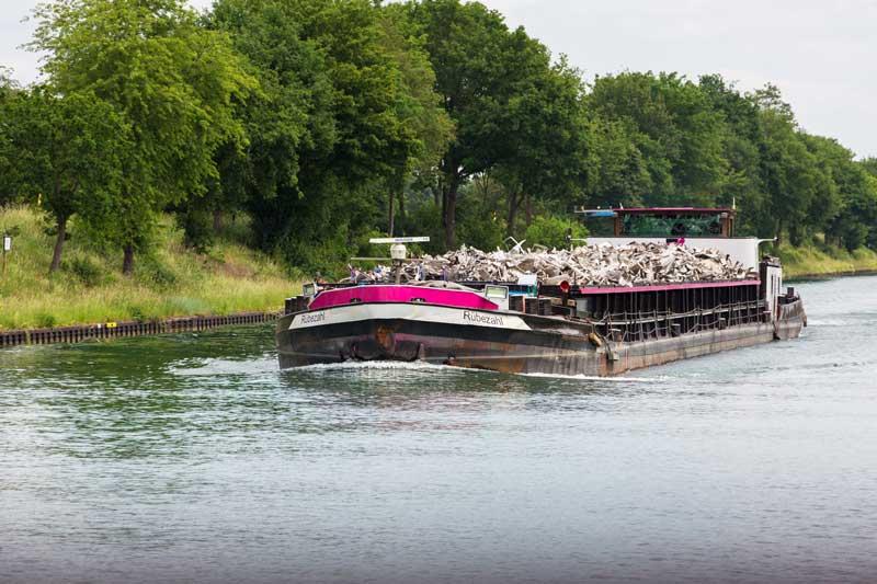 Auf dem Wesel-Datteln-Kanal kommt uns ein schwer beladener Schrotttransporter entgegen, die Rübezahl mit dem pink gestrichenen Bug