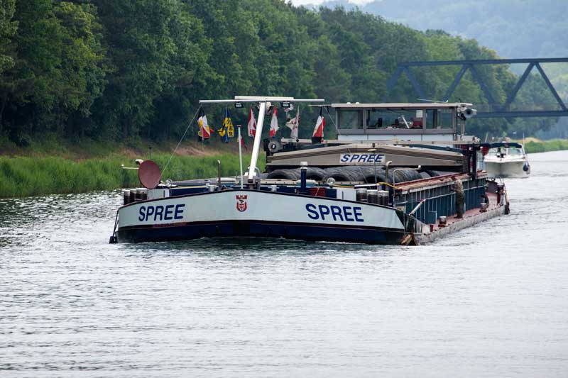 Frachtboot Spree liegt tief im Wasser des Mittellandkanals