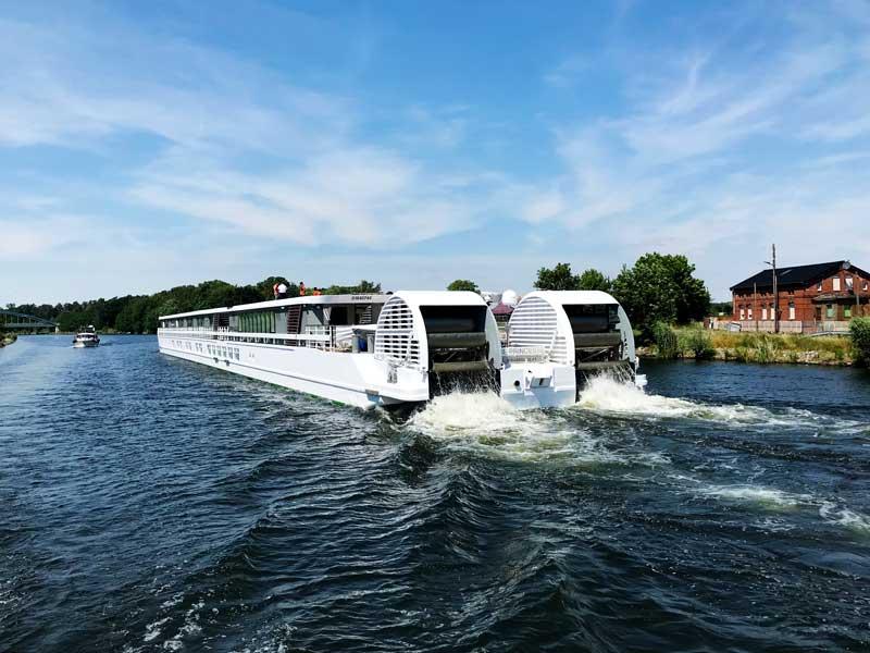 """Auf dem Elbe-Havel-Kanal begegnen wir dem Schaufelraddampfer """"Elbe Princesse"""", hier von hinten mit Blick auf den Wasserradantrieb"""