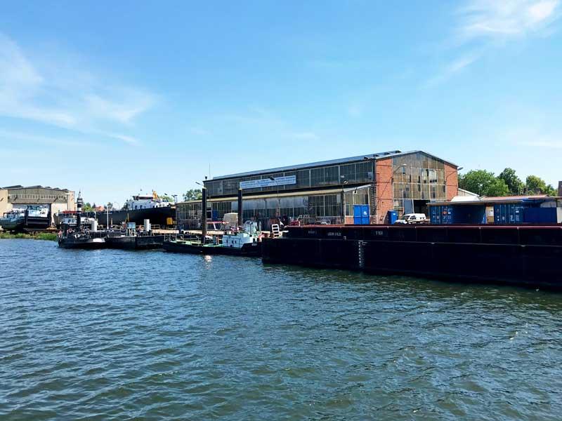 In Genthin am Elbe-Havel-Kanal gibt es eine wirklich große Reparaturwerft, hauptsächlich für Berufsschiffe