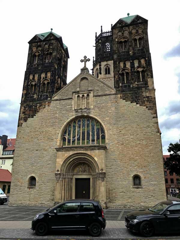 Die Fassade dieser Kirche sieht aus, als wäre sie nur zum Teil mit dem Hochdruckreiniger gereinigt worden