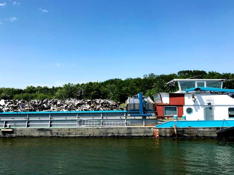 Auch heute treffen wir ein bunt gestrichenes Frachtschiff auf dem Dortmund-Ems-Kanal, das Schrott transportiert