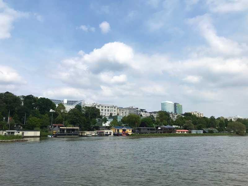 In Arnheim gibt es sehr viele schwimmende Wohnhäuser auf dem Fluss