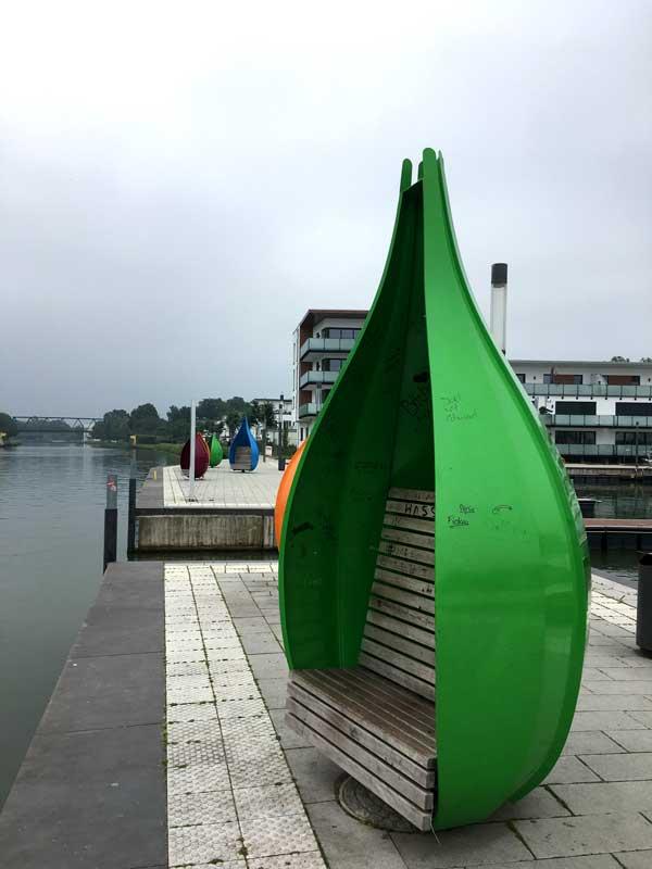 Wie Samenkapseln geformte, geschützte Sitzplätze ziwschen der Marina Bad Essen und dem Mittellandkanal