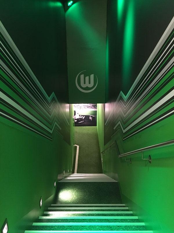 Ganz in grün, also den Vereinsfarben des VfL Wolfsburg gehalten, geht es in dem nachgebauten Spielertunnel nach unten in der Fußballwelt Wolfsburg