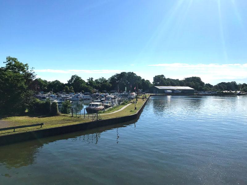 Der Sportboothafen des MSC Minden ist durch einen breiten Damm vom Mittellandkanal abgetrennt, der nur durch die sehr schmale Zufahrt unterbrochen wird