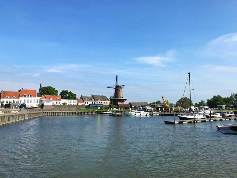Der Hafen und die Stadt Wijk bij Duurstede mit ihrer markanten Windmühle bieten ein schönes Panorama bei der Ausfahrt