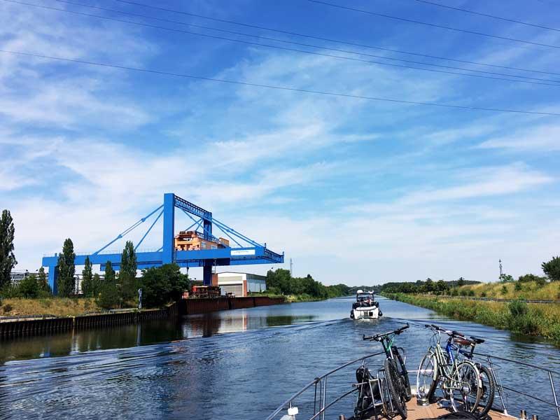 Bei Parey ragt eine riesige blaue Krananlage in den Elbe-Havel-Kanal. Sie gehört zu Stahlbau Plauen.