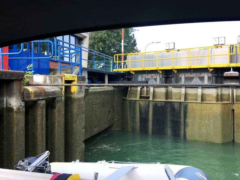 Am Ende der Schleuse Friedrichsfeld spannt sich ein schweres Stahlseil über das Schleusenbecken, das zu Tal fahrende Schiffe davon abhalten soll, das Schleusentor zu rammen