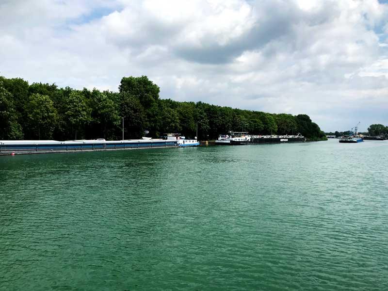 Vor der Schleuse Dorsten liegen viele Frachtschiffe am Ufer und warten auf die Schleusung