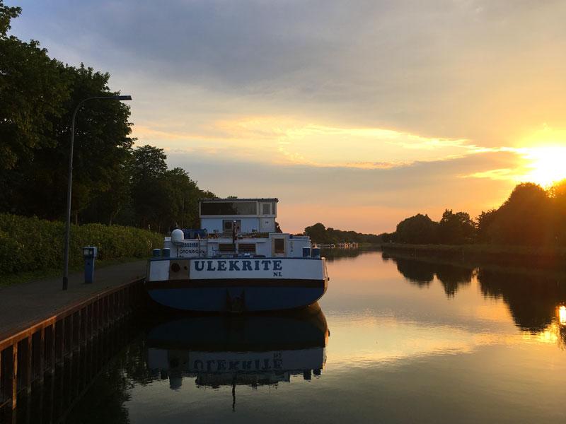 Am Abend legt neben uns die ULEKRITE aus Groningen an, um dort zu übernachten. Der Sonnenuntergang spiegelt sich in dem völlig stillen Kanal