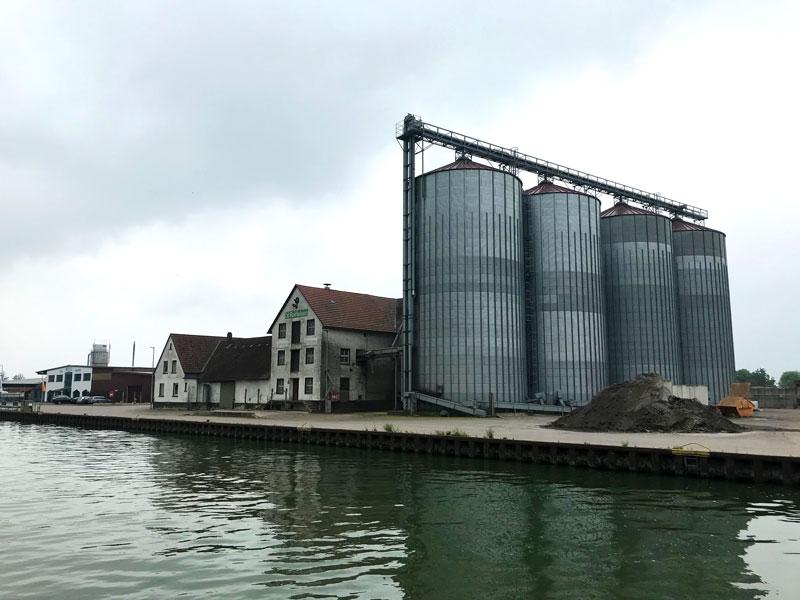Vier Silotürme ragen empor an dieser Verladestelle für Agrarprodukte am Mittellandkanal
