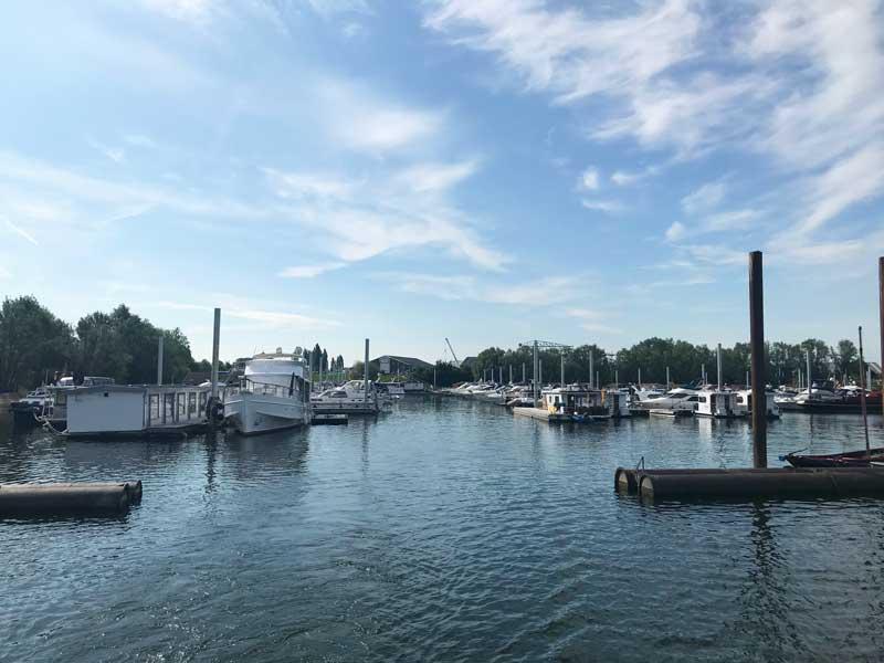 Blick zurück über den Yachthafen de Bijland bei der Ausfahrt