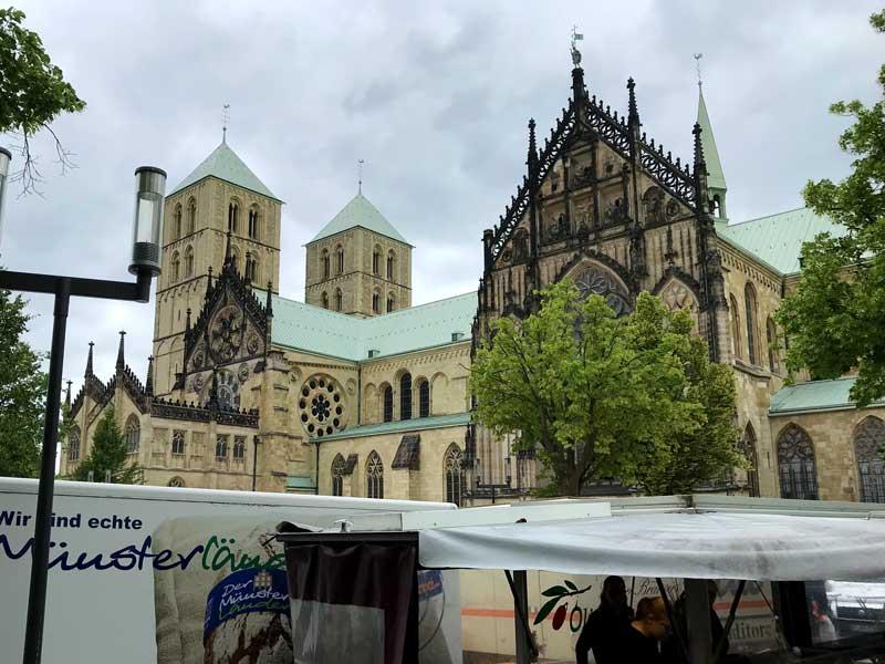 Auf dem Domplatz vor dem Sankt Paulus Dom in Münster findet zweimal die Woche ein riesiger Wochenmarkt statt