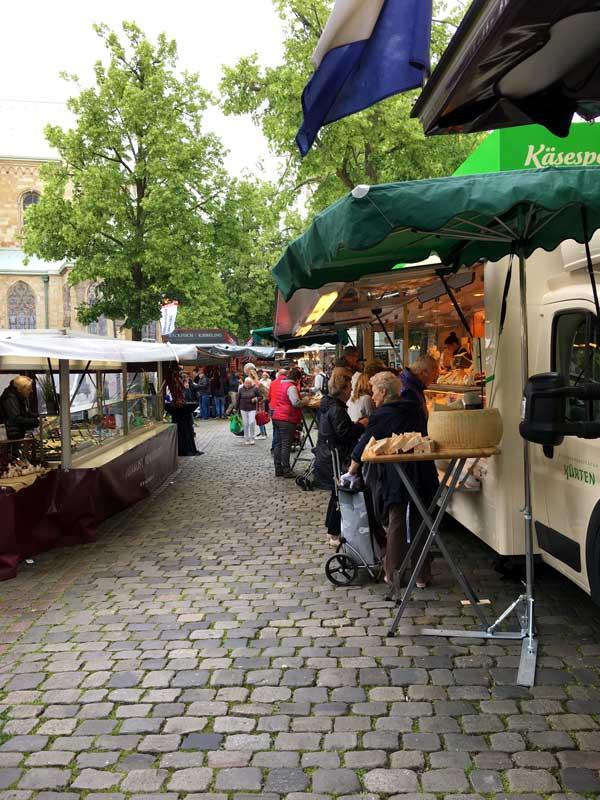 Ein Blick in die Käsestraße auf dem Wochenmarkt auf dem Domplatz in Münster