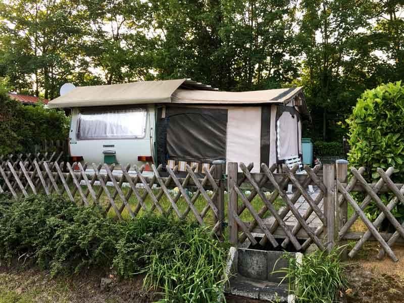 Wohnwagen mit Vorzelt im Freizeitpark Flaesheim