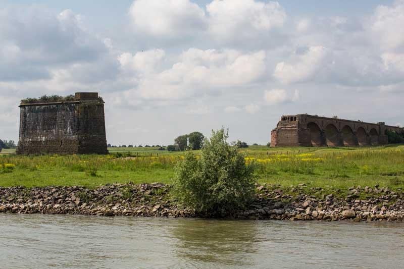 Die historische Eisenbahnbrücke bei Wesel wurde leider im Zweiten Weltkrieg zerstört
