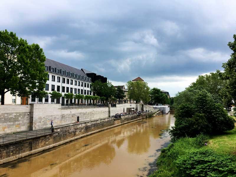 Die Leine in Hannover sieht ziemlich schlammig und schmutzig aus