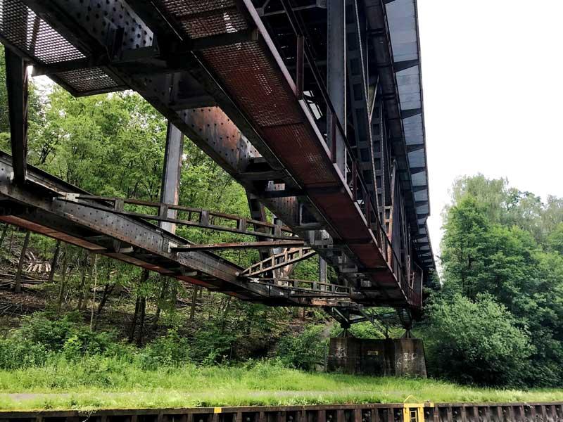 Rostige, baufällig wirkende Stahlbrücke über den Mittellandkanal von unten