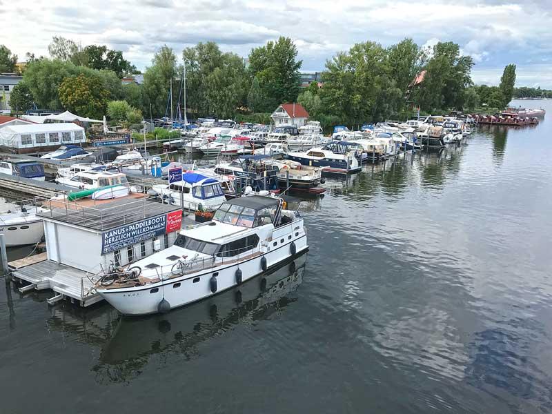 Die Motoryacht liegt vor der Marina am Tiefen See an der Havel in Potsdam