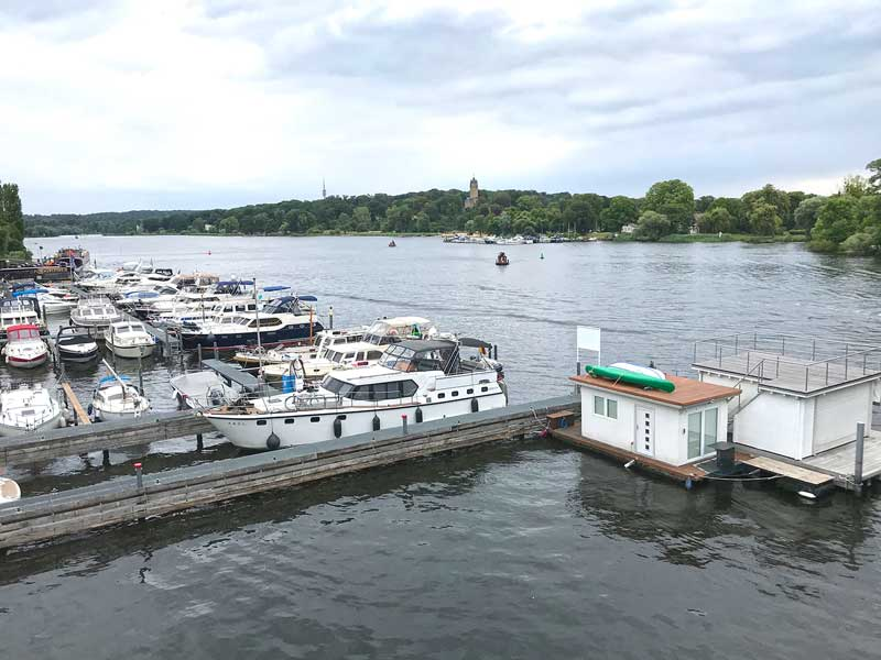 Die Motoryacht an einem Steg vor der Fäkalienabsaugung in der Marina am Tiefen See an der Havel in Potsdam