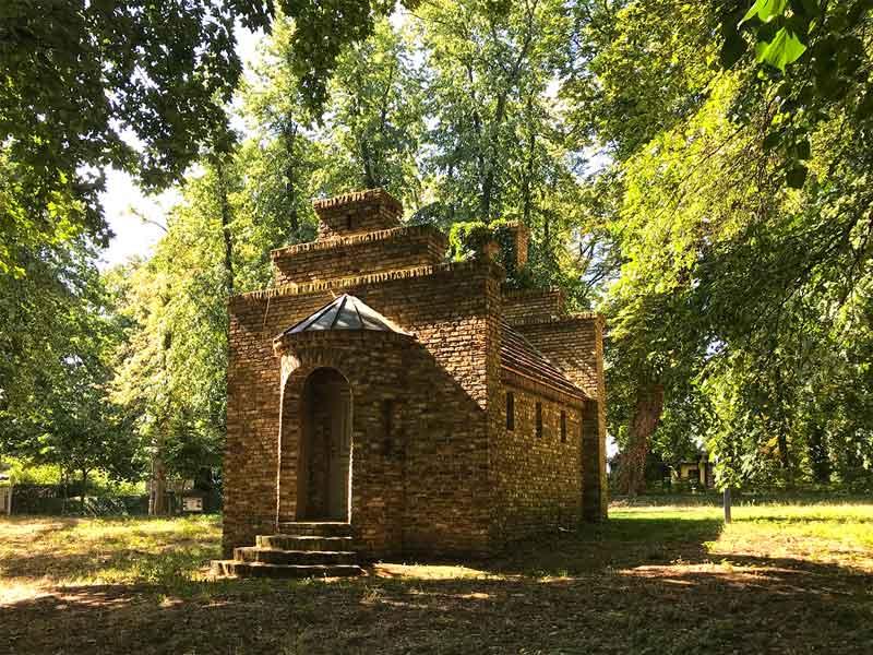 Werder Havel: Das ehemalige Spritzenhaus der Feuerwehr Petzow steht im Park, ist ein eher verspielter Ziegelbau und sieht äußerst romantisch aus
