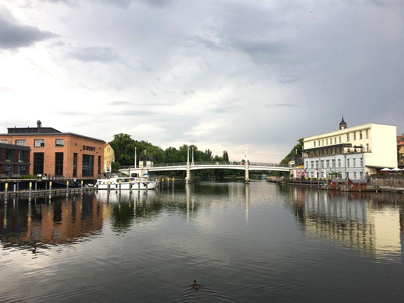 Brandenburg an der Havel Wasserwanderrastplatz Werft - die Jahrtausendbrücke überspannt die Havel, die fast ganz ruhig daliegt in der Morgenstimmung