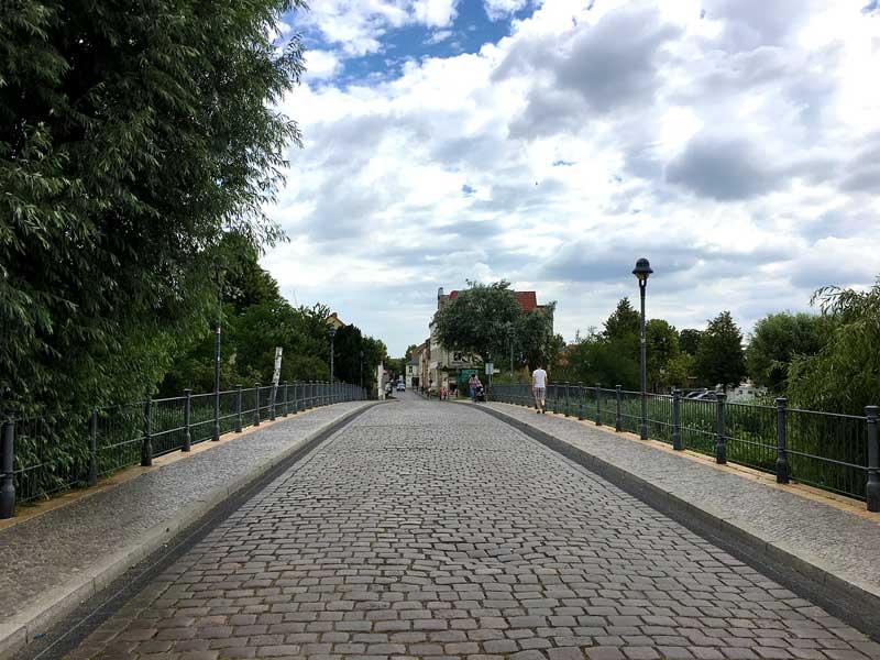 Das historische Zentrum von Werder liegt auf einer Insel in der Havel und kann nur über diese kopfsteingepflasterte Brücke oder per Boot erreicht werden