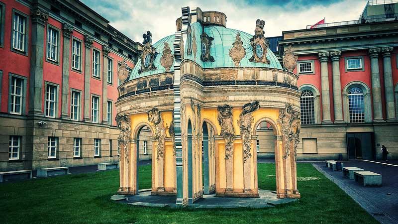 Skulptur im Innenhof des Landtags Brandenburg im Stadtschloss Potsdam