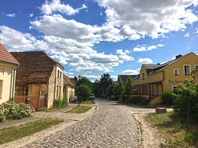 Die ursprünglichen Häuser des Musterdorfs Paretz bei Ketzin Havel scheinen recht gut erhalten zu sein und sind schön renoviert