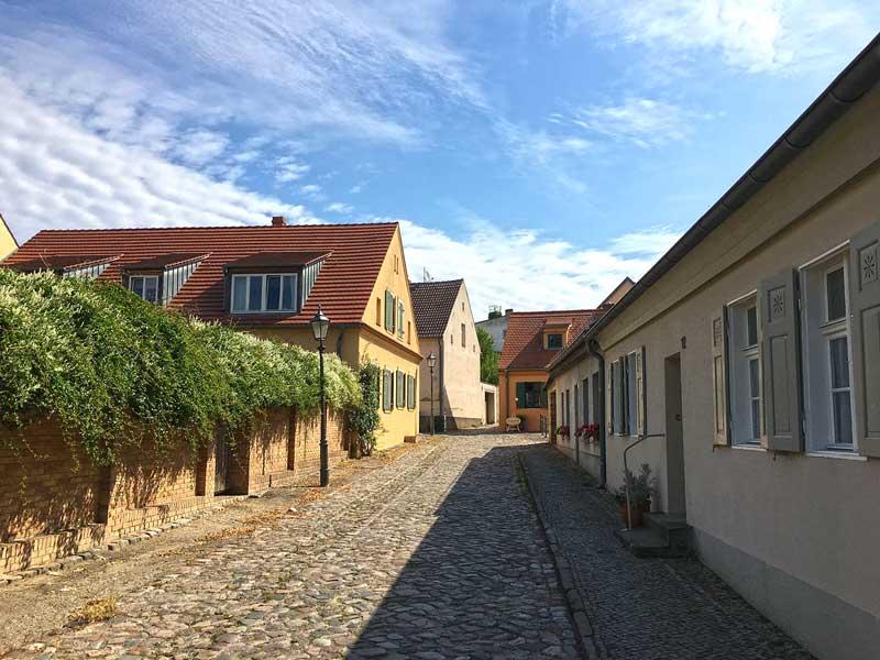 Dorfstraße in Werder Havel mit alten Häusern und Kopfsteinpflaster