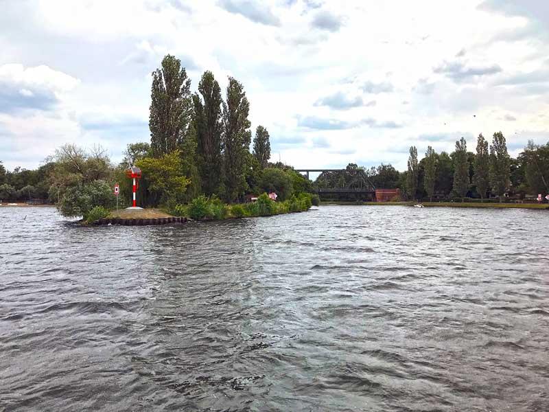 Das Boot fährt aus dem Schwielowsee in einen Flussarm bei Caputh an der Havel ein