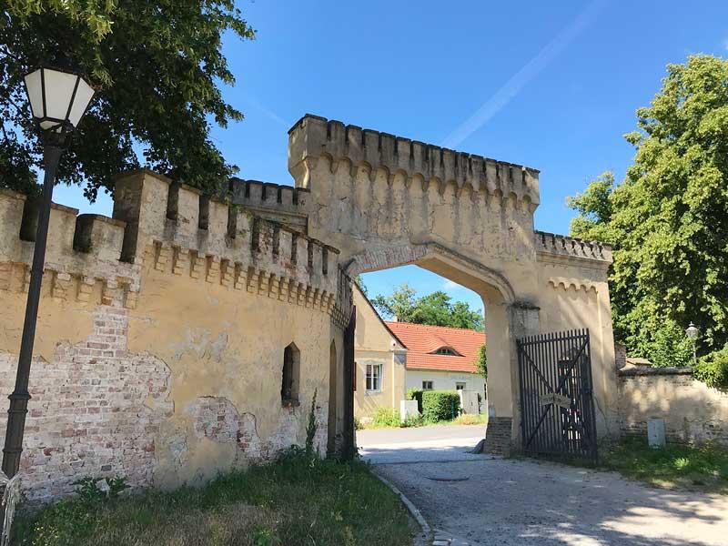 Das Eingangstor zum Schloss Petzow in Werder Havel mutet an wie ein altes Burgtor mit Zinnen