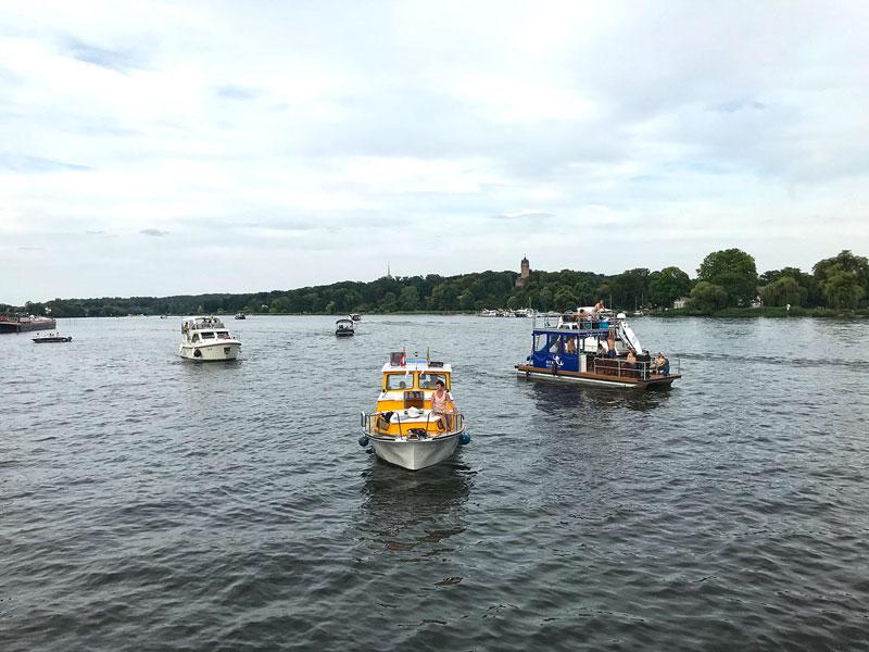 Viele kleine Motoryachten und Hausboote treiben auf dem Tiefen See an der Havel in Potsdam