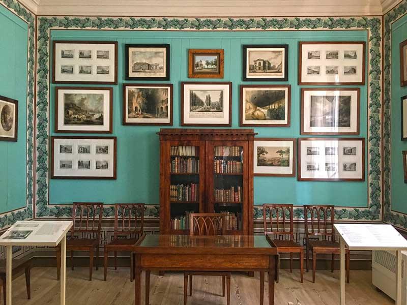 Das Arbeitszimmer von Friedrich Wilhelm III. im Schloß Paretz ist in einem karibisch anmutenden Türkis gehalten. Die Wände sind jeweils von einer Bordüre mit Weinrebenmotiv umrahmt