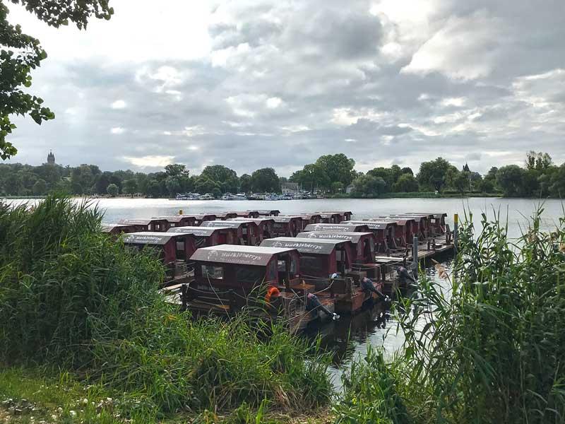 Dutzende Flöße in der Bootsvermietung Huckleberrys Floßstation auf dem Tiefen See an der Havel in Potsdam
