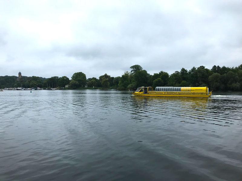 In der Fahrrinne auf dem Tiefen See bei Potsdam fährt das Potsdamer Wassertaxi