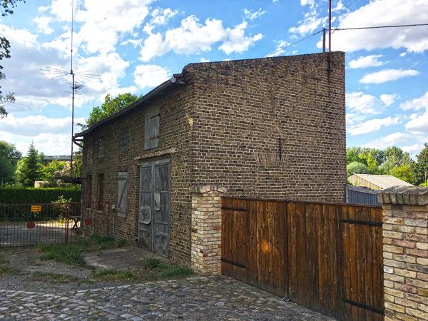 Altes Backsteingebäude in Ketzin Havel, das heutzutage anscheinend als Garage und Werkstatt genützt wird