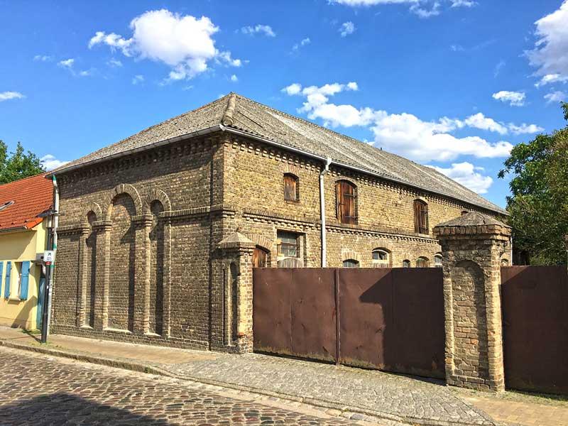 Großes altes Ziegelgebäude mit schönen Verzierungen in Ketzin Havel