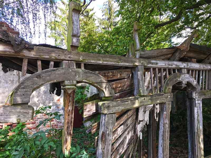 Total verfallenes Haus in Paretz bei Ketzin Havel. Der Holzaufbau des Hauses steht in Stücke zerfallen neben den Mauerresten des Hauses