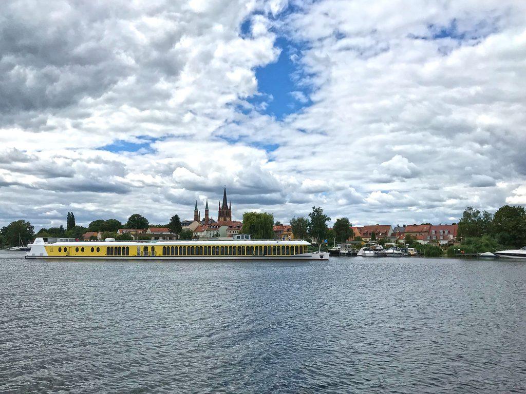 Blick auf die Insel von Werder Havel. Im Vordergrund das gelb lackierte Passagierschiff Sanssouci aus Potsdam